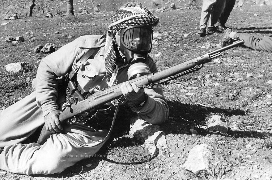 Iraq 1974 <br /> The resumption of hostilities, training of peshmergas with gas mask   <br /> Irak 1974 <br /> La reprise de la lutte armée, entrainement militaire des peshmergas avec des masques a gas
