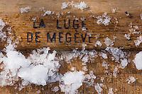 Europe/France/Rhone-Alpes/74/Haute-Savoie/Megève : Détail des vieilles luges en bois au nom de la sation