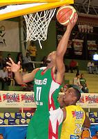 BUCARAMANGA -COLOMBIA, 23-03-2013. Rayson Brandonde de Águilas de Tunja encesta ante al mirada de Jhon Ortiz de Búcaros en  partido de la décimaoctava fecha de la Liga DirecTV de baloncesto profesional colombiano disputado en la ciudad de Bucaramanga./  Rayson Brandon of Aguilas de Tunja score at the look of John Ortiz of Bucaros in game of the eighteenth date of the DirecTV League of professional Basketball of Colombia at Bucaramanga city. Photos: VizzorImage/Jaime Moreno/STR