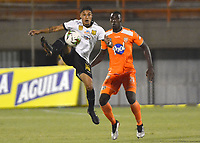 ENVIGADO- COLOMBIA, 31-08-2019Carlos Terán (Der.) jugador del Envigado disputa el balón con Juan Pablo Otálvaro(Izq.) jugador de Águilas Doradas durante partido por la fecha 9 de la Liga Águila II 2019 jugado en el estadio Polideportivo Sur de la ciudad de Medellín. /Carlos Teran (R) player of Envigado figths the ball agaisnt of Juan Pablo Otalvaro (L) player of Aguilas Doradas during the match for the date 9 of the Liga Aguila II 2019 played at Polideportivo Sur stadium in Medellin  city. Photo: VizzorImage / Leon Monsalve/ Contribuidor