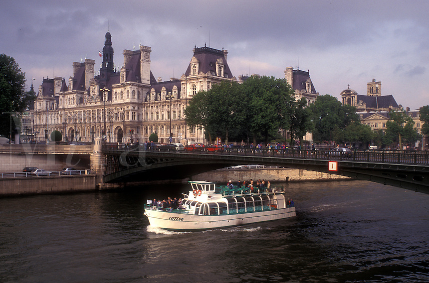 AJ0760, Paris, France, boat, Europe, Seine River, A scenic view of the Rive Droite (Right Bank) and Hotel de Ville (City Hall) as a bateau mouche (tourboat) makes it way down the Seine River in Paris.