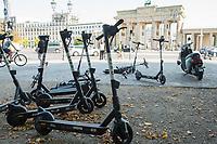 """Ca. 100 Miet-Tretroller, sogenannte eScooter, Miet-Fahrraeder und Miet-eRoller der Firmen """"Tier"""", """"Bird"""" und """"Donkey Republic"""" standen und lagen, zum Teil funktionsuntuechtig, um das Brandenburger Tor verteilt auf dem Fussweg an der """"Strasse des 17. Juni"""" in Berlin.<br /> 15.9.2020, Berlin<br /> Copyright: Christian-Ditsch.de"""