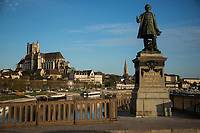France, Yonne (89), Auxerre, l'yonne et de gauche à droite, la cathédrale Saint-Etienne d'Auxerre, l'abbaye Saint-Germain  en premier plan: statue de Paul Bert, sur le pont Paul Bert //  France, Yonne, Auxerre, the Yonne river, the Cathedral Saint Etienne of Auxerre, the abbey Saint Germain (right) , statue of Paul Bert Paul Bert on Paul Bert bridge