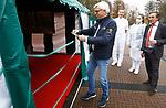 Foto: VidiPhoto<br /> <br /> BAARN - Op de terreinen van kwekerij Bomencentrum Nederland in Baarn is dinsdag het 'groenste' sneltestpark van Nederland geopend. Het is de eerste Covid-testlocatie in een natuurvriendelijke en gezonde omgeving, waarbij personeel en klanten geen hinder hebben van uitlaatgassen. Waar normaal gesproken de test plaatsvindt via een geopend autoraam, wordt de cliënt nu ontvangen in een verwarmde ruimte met een rustgevende, groene uitstraling. Iedereen die zich laat testen heeft binnen 15 minuten de uitslag. Wie covidvrij verklaard wordt krijgt daarvan een door een arts ondertekend internationaal erkend certificaat.