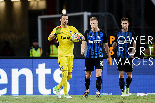 FC Internazionale Goalkeeper Daniele Padelli (L) gestures during the International Champions Cup 2017 match between FC Internazionale and Chelsea FC on July 29, 2017 in Singapore. Photo by Marcio Rodrigo Machado / Power Sport Images