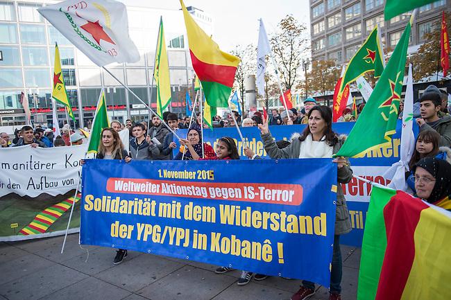 """Etwa 250 bis 300 Menschen demonstrierten am Sonntag den 1. November 2015 am sog. """"Kobane-Solidaritaetstag"""" in Berlin. Sie forderten einen humanitaeren Korridor fuer den Wiederaufbau der durch die Terrororganisation Islamischer Staat (IS) zerstoerten Stadt im syrischen Grenzgebiet zur Tuerkei. Die tuerkische Regierung unterbindet Hilfslieferungen durch die Grenztruppen, humanitaere Hilfe kann nur unter erschwerten Bedingungen oder gar nicht in die Region gelangen.<br /> 1.11.2015, Berlin<br /> Copyright: Christian-Ditsch.de<br /> [Inhaltsveraendernde Manipulation des Fotos nur nach ausdruecklicher Genehmigung des Fotografen. Vereinbarungen ueber Abtretung von Persoenlichkeitsrechten/Model Release der abgebildeten Person/Personen liegen nicht vor. NO MODEL RELEASE! Nur fuer Redaktionelle Zwecke. Don't publish without copyright Christian-Ditsch.de, Veroeffentlichung nur mit Fotografennennung, sowie gegen Honorar, MwSt. und Beleg. Konto: I N G - D i B a, IBAN DE58500105175400192269, BIC INGDDEFFXXX, Kontakt: post@christian-ditsch.de<br /> Bei der Bearbeitung der Dateiinformationen darf die Urheberkennzeichnung in den EXIF- und  IPTC-Daten nicht entfernt werden, diese sind in digitalen Medien nach §95c UrhG rechtlich geschuetzt. Der Urhebervermerk wird gemaess §13 UrhG verlangt.]"""