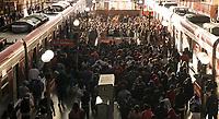 SÃO PAULO, SP, 10.03.2021:  Movimentação CPTM SP - Em meio aumento de casos e internações pela Covid -19 e o estado de São Paulo na fase vermelha com restrições de circulação. Passageiros se aglomeram nas plataformas na Estação da Luz da CPTM na região central da cidade de São Paulo na manhã desta quarta -feira  (10).