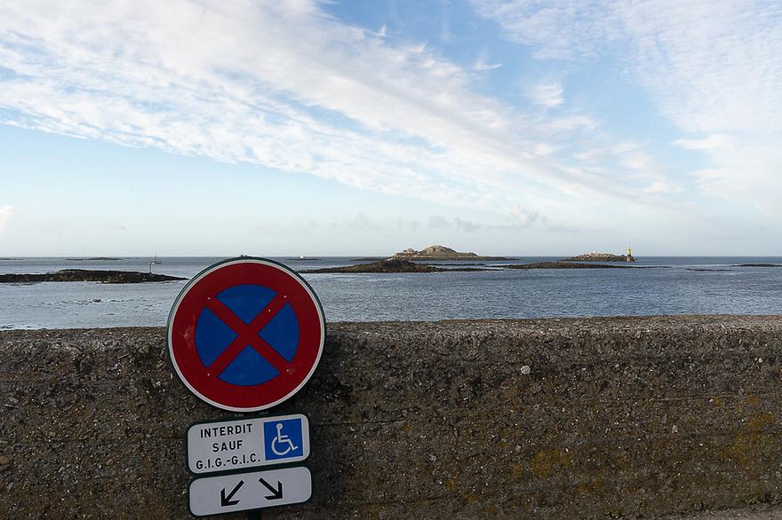 Roscoff - Bretagna, 27 agosto 2020.  Veduta dal  vecchio porto. Sullo sfondo le isole Ti Saozon e Enez Pigued.