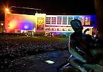 Nederland, utrecht , 22-12-2006, stadsschouwburg, schouwburg, verlicht in felle kleuren voor het kerstcircus cascade. standbeeld van Muzen op de voorgrond.. © foto Michael Kooren./ HH.