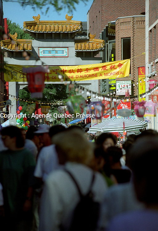 Le quartier Chinois, 20 aout 1998<br /> <br /> Montreal Chinatown, August 20, 1998<br /> <br /> PHOTO : Agence Quebec Presse