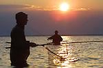 Foto: VidiPhoto..MIDDELFART - Vissen op zeeforel langs de oevers op Funen.