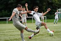 Benedikt Leber (Stockstadt) zieht ab, aber Muhammed Öner (Königstädten) blockt ab - Rüsselsheim 22.08.2021: SV Alemannia Königstädten vs. SKG Stockstadt, Kreisliga A