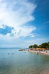 Croatia, Kvarner Gulf, Crikvenica: public beach at Riviera Crikvenica near town centre, a pebble and sandy beach | Kroatien, Kvarner Bucht, Crikvenica: oeffentlicher Strand an der Riviera Crikvenica im Zentrum - ein Kies- und Sandstrand
