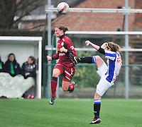 Dames Zulte - Waregem - SC Heerenveen : duel tussen Ingrid Schuiten (rechts) en Annelies Van Elslander (links).foto VDB / BART VANDENBROUCKE
