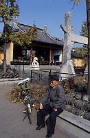Asie/Chine/Jiangsu/Nankin: Quartier du Temple de Confucius - Vieux chinois et son vélo dans les jardins du temple<br /> PHOTO D'ARCHIVES // ARCHIVAL IMAGES<br /> CHINE 1990