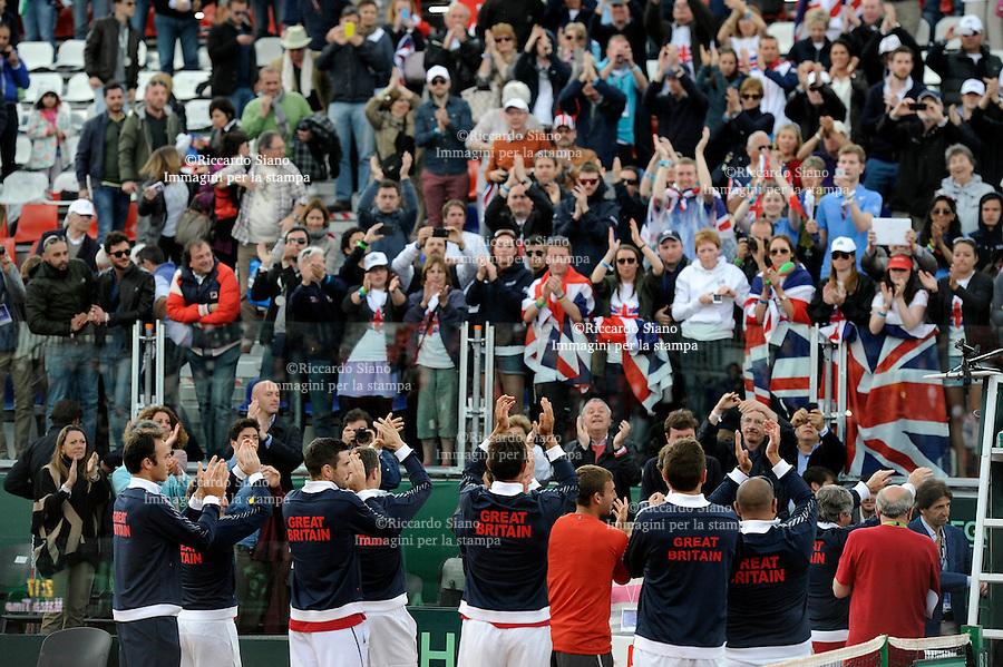 - NAPOLI 6 APR -   Terza  giornata della sfida di Coppa Davis tra Italia e Gran Bretagna, nella foto   l'incontro  tra  Andreas Seppi    contro James Ward  gli inglesi salutano i tifosi