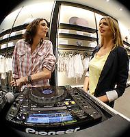 SÃO PAULO,SP,14 DEZEMBRO 2011 - FERNADA LIMA LANÇAMENTO MARCA SIBERIAN  A modelo Fernanda Lima (D) Ee a DJ Lara Grein durante no coquetel de inauguração da marca Siberian, na noite desta quarta-feira, 14, no Mooca Plaza Shopping, em São Paulo.FOTO ALE VIANNA - NEWS FREE.