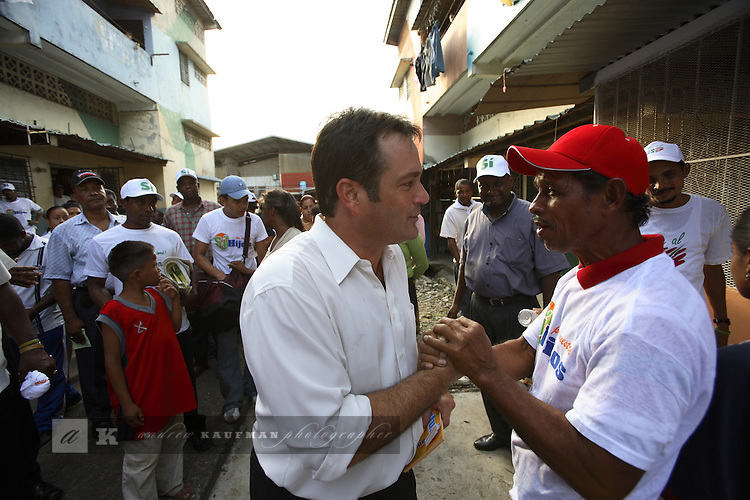 The Mayor of Panama City Juan Carlos Navarro campaigns for the Panama Canal referendum in Curundu aka San Miguelito. It is one of the worst barrios in the city if not the worst. Mayor Navarro is campaigning for the PRD political party and he is campaigning for Si'.