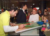 22-2-06, Netherlands, tennis, Rotterdam, ABNAMROWTT, Kidsday, Raemon Sluiter signs a poster of himself