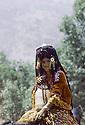 Irak 1985.Dans les zones libérées, région de Lolan, jeune femme a cheval.Iraq 1985.In liberated areas, Lolan district, a young woman on horse