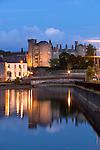 Ireland, County Kilkenny, Kilkenny: Kilkenny Castle on River Nore at night | Irland, County Kilkenny, Kilkenny: mittelalterliches Schloss Kilkenny Castle am Nore River zur Abenddaemmerung