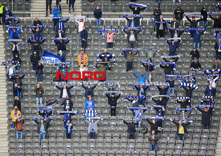 17.10.2020, OLympiastadion, Berlin, GER, DFL, 1.FBL, Hertha BSC VS. VfB Stuttgart, <br /> DFL  regulations prohibit any use of photographs as image sequences and/or quasi-video<br /> im Bild Hertha-BSC-Fans<br /> <br />       <br /> Foto © nordphoto / Engler