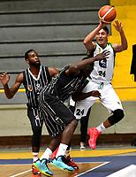 BOGOTA – COLOMBIA - 28 – 05 - 2017: Jairo Mendoza (Cent.) jugador de Piratas, disputa el balón con Andres Lopez (Izq.) jugador de Aguilas, durante partido entre Piratas de Bogota y Aguilas de Tunja por la fecha 4 de Liga  Profesional de Baloncesto Colombiano 2017 en partido jugado en el Coliseo El Salitre de la ciudad de Bogota. / Jairo Mendoza (C) player of Piratas, fights for the ball with Andres Lopez (L) player of Aguilas, during a match between Piratas of Bogota and Aguilas of Tunja, of the  date 4th for La Liga  Profesional de Baloncesto Colombiano 2017, game at the El Salitre Coliseum in Bogota City. Photo: VizzorImage / Luis Ramirez / Staff.
