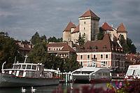 Europe/France/Rhône-Alpes/74/Haute-Savoie/Annecy: Les bords du  Thiou, les bateaux de promenade et le Château