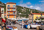 Frankreich, Provence-Alpes-Côte d'Azur, Villefranche-sur-Mer: Antikmarkt am Place Amélie-Pollonais, im Hintergrund das Welcome Hotel und die Chapelle Saint-Pierre | France, Provence-Alpes-Côte d'Azur, Villefranche-sur-Mer: antique market at square Place Amélie-Pollonais with Welcome Hotel and chapel Saint-Pierre