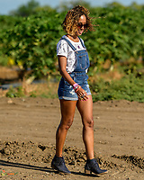 Aidelisa con los Molinos de Santa Isabel #aidelisa #santaisabel #puertorico #molinos #viento #siembra #farmgirl #naturallight #magichour #magiclight#naturallight #magichour #magiclight