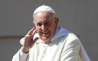 Papa Francesco saluta i fedeli al suo arrivo ad un'udienza giubilare in Piazza San Pietro, Citta' del Vaticano, 18 giugno 2016.<br /> Pope Francis waves to faithful as he arrives for a Jubilee audience in St. Peter's Square at the Vatican, 18 June 2016.<br /> UPDATE IMAGES PRESS/Isabella Bonotto<br /> <br /> STRICTLY ONLY FOR EDITORIAL USE
