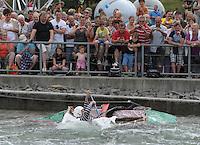 """Best of Pappbootrennen 2013 im Kanupark Markkleeberg anlässlich des Wasserfest 2013 - Segelboot von Team """"Feinspiel"""" . Foto: Norman Rembarz"""