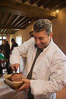 Europe/France/Centre/41/Loir-et-Cher/Sologne/Env de Bracieux: Chasse en battue Lors du Repas des Chasseurs, Didier Doreau,  chef du Rendez-vous des Gourmets à Bracieux sert sa Terrine Retour de Chasse  // Europe/France/Centre/41/Loir-et-Cher/Sologne/Near  Bracieux: When Meals Hunters, Didier Doreau, head of Rendezvous Gourmets Bracieux serves its game terrine