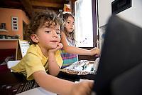 homeschooling, educazione parentale, educazione domestica.<br /> Nicholas, tre anni, al computer.