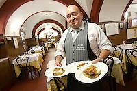 Un cameriere mostra dei piatti di lasagne, nel ristorante Montegrappa da Nello a Bologna.<br /> A waiter shows lasagne in the restaurant Montegrappa da Nello in Bologna.<br /> UPDATE IMAGES PRESS/Riccardo De Luca