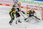 Bremerhavens CHRISTIANHILBRICH (Nr.19) im Zweikampf mit Krefelds Kristofers Bindulis (Nr.84) und Krefelds Marvin Cuepper (Nr.39)  beim Spiel in der Gruppe Nord der DEL, Krefeld Pinguine (schwarz) – Fischtown Pinguins Bremerhaven (weiss).<br /> <br /> Foto © PIX-Sportfotos.de *** Foto ist honorarpflichtig! *** Auf Anfrage in hoeherer Qualitaet/Aufloesung. Belegexemplar erbeten. Veroeffentlichung ausschliesslich fuer journalistisch-publizistische Zwecke. For editorial use only.