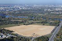 Gewerbegebiet Neuland 23: EUROPA, DEUTSCHLAND, HAMBURG, (EUROPE, GERMANY), 13.10.2018 Gewerbegebiet Neuland 23. <br /> Schonende Beleuchtung, einen hoher Grünanteil und die Nutzung regenerativerer Energien in Gewerbegebietsentwicklung zu integrieren, sind der städtebauliche Beitrag zu den Klimaschutzzielen des Senats. Das Projekt Neuland 23 wird als eines von 19 Klima-Modell-Quartieren in Hamburg geplant. Mit kühlenden Gründächern, einem integrierten Regenwasser- und Energiemanagement und Fotovoltaik-Anlagen wird die 27 Hektar große Fläche zu einem energie- und klimaeffizienten Gewerbegebiet entwickelt. <br /> Nachhaltige Hafenlogistik und Klima-Modell-Quartier<br /> Um Hamburgs Gewerbeflächenpotential in Hafennähe auszubauen und als internationales Kompetenzzentrum für Logistik zu stärken, sollen an der A1-Anschlussstelle 23 in Harburg Flächen bereitgestellt und das Ansiedlungsmanagement optimiert werden. Das Gebiet Neuland 23 westlich der Bundesautobahn soll für die Nutzung von Logistikbetrieben hergerichtet werden. Da es sich bei dem Plangebiet um ein Klima-Modell-Quartier handelt, wird die Industriegebietsfläche durch die Begrünung der Dächer und reduzierte Beleuchtung in das Landschaftsbild integriert. Etwa 90 Prozent der Dachflächen sind Gründächer, die mit ihrer natürlichen Verdunstungskühle den Energiebedarf der Gebäude senken und das Lokalklima günstig beeinflussen. Als CO2-einsparende und nachhaltige Maßnahmen ergänzen die Gewinnung von Solarenergie und ein klimabegünstigendes Be- und Entwässerungssystem die Projektumsetzung.