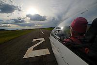 Landeanflug: AFRIKA, SUEDAFRIKA, 15.12.2007: Suedafrika,  Gariep, Gariepdam, Flugzeug, Segelflugzeug, fliegen, Karoo, Wueste, Cockpit, Mann, Aussenansicht, Haube, Duo Diskus, Doppelsitzer,  Instrumente, Landebahn, Landung, Anflug, Piste, Aufwind-Luftbilder