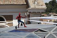 """Un uomo con indosso il costume di Spider-Man si esibisce durante il photocall per la presentazione del film """"Spider-Man: Homecoming"""" a Roma, 20 giugno 2017. <br /> A man wearing the Spider-Man costume performs during a photocall for 'Spider-Man: Homecoming' in Rome, June 20, 2017.<br /> UPDATE IMAGES PRESS/Isabella Bonotto"""