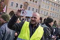 """Am Samstag den 31. Januar 2015 versammelten sich auf dem Staromestske Namesti-Platz (Alststaetter Markt / Old Town Square) in Prag ca. 500 Anhaenger der Pegida-Bewegung. Wie in Deutschland sind die Pegida (Patriotische Europaere gegen die Islamisierung des Abendlandes) Neonazis, Hooligans, Islamsfeinde und sog. """"Besorgte Buerger"""".<br /> Gegen die Pegida-Kundgebung protestierten Vertreter verschiedener Religionen, Antifaschisten, Sinti und Roma mit einem Gottesdienst, Gesaengen und Plakaten und Schildern, auf denen sich zum Teil ueber die Islamophobie der Pegida-Anhaenger lustig gemacht wurde. Beide Veranstaltungen fanden gleichzeitig nebeneinander auf dem Platz statt. Aus der Pegida-Kundgebung kamen immer wieder heftige Beschimpfungen und Neonazis versuchten Gegendemonstranten ein Transparent zu entreissen.<br /> Im Bild: Ein Rechter filmt Gegendemonstranten. Auf seinem Mobiltelefon klebt ein Anti-Islamischer Aufkleber.<br /> 31.1.2015, Prag<br /> Copyright: Christian-Ditsch.de<br /> [Inhaltsveraendernde Manipulation des Fotos nur nach ausdruecklicher Genehmigung des Fotografen. Vereinbarungen ueber Abtretung von Persoenlichkeitsrechten/Model Release der abgebildeten Person/Personen liegen nicht vor. NO MODEL RELEASE! Nur fuer Redaktionelle Zwecke. Don't publish without copyright Christian-Ditsch.de, Veroeffentlichung nur mit Fotografennennung, sowie gegen Honorar, MwSt. und Beleg. Konto: I N G - D i B a, IBAN DE58500105175400192269, BIC INGDDEFFXXX, Kontakt: post@christian-ditsch.de<br /> Bei der Bearbeitung der Dateiinformationen darf die Urheberkennzeichnung in den EXIF- und  IPTC-Daten nicht entfernt werden, diese sind in digitalen Medien nach §95c UrhG rechtlich geschuetzt. Der Urhebervermerk wird gemaess §13 UrhG verlangt.]"""