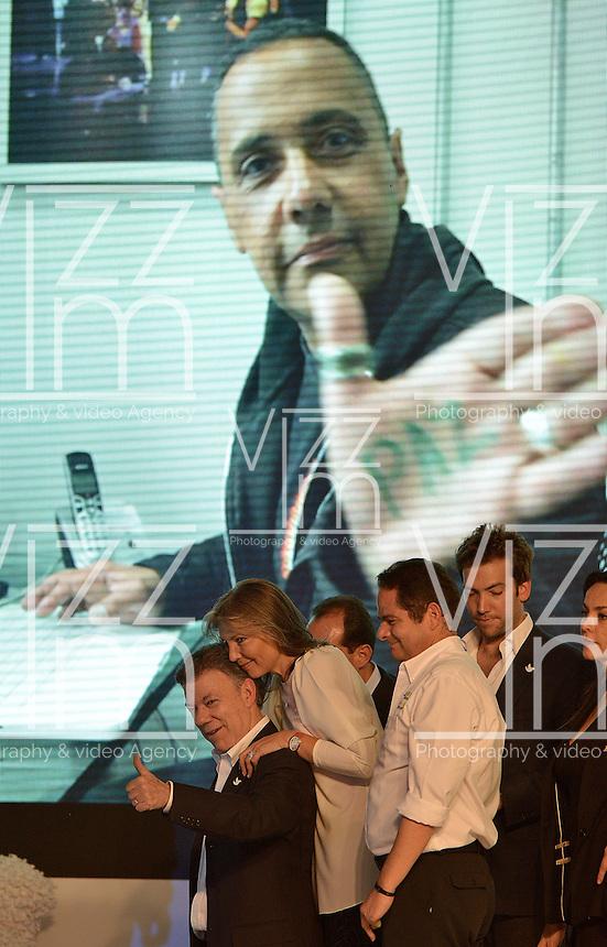 BOGOTÁ -COLOMBIA. 15-06-2014. Juan Manuel Santos (Izq) candidato por el partido de La Unidad Nacional acompañado de su familia y su fórmula vicepresidencial Germàn Vargas Lleras (segundo Der-Izq) tras terminar su discurso como presidente electo en las eleccciones presidenciales para el período constitucional 2014-18 en Colombia a Oscar Ivan Zuluaga del partido Centro Democratico. La segunda vuelta de la elección de Presidente y vicepresidente de Colombia se cumplió hoy 15 de junio de 2014 en todo el país./ Juan Manuel Santos candidate by National Unity party acompanied with his family and his runmate German Vargas Lleras (second from R) after finishing his speech as president elected in the Presidential elections for the constitutional period 2014-15 in Colombia to Oscar Ivan Zuluaga by Democratic Center party. The second round of the election of President and vice President of Colombia that took place today June 15, 2014 across the country. Photo: VizzorImage/ Gabriel Aponte / Staff