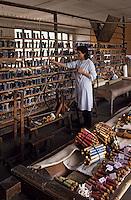 Europe/France/Limousin/23/Creuse/Aubusson: Atelier de tapisserie: magasin des laines et cotons - Aubusson est la capitale mondiale de la tapisserie
