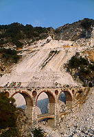 - Carrara, bridges of Vara, ancient run of the railroad that served the marble quarries....- Carrara, ponti di Vara, antico percorso della ferrovia che serviva le cave di marmo