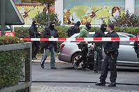Am Freitag den 17. Oktober 2014 wurde der 46. jaehrige Ali M. mit seinem Blumenladen in der Falkenseer Chaussee 239 in Berlin-Spandau von der EDEKA-Reichelt Gruppe zwangsgeraeumt. Trotz Gespraechsangeboten durch den Blumenladenbesitzer und Freunde, war die Marktleiterin nicht zu einem Einlenken zu ueberreden.<br /> Nachdem der Gerichtsvollzieher die Raeumung vollzogen hatte, ging der Mann auf das Dach eines nahegelegenen Wohnhauses und drohte damit Suizid zu begehen. Die Polizei war mit einem Sondereinsatzkommando (SEK) im Einsatz (im Bild).<br /> 17.10.2014, Berlin<br /> Copyright: Christian-Ditsch.de<br /> [Inhaltsveraendernde Manipulation des Fotos nur nach ausdruecklicher Genehmigung des Fotografen. Vereinbarungen ueber Abtretung von Persoenlichkeitsrechten/Model Release der abgebildeten Person/Personen liegen nicht vor. NO MODEL RELEASE! Don't publish without copyright Christian-Ditsch.de, Veroeffentlichung nur mit Fotografennennung, sowie gegen Honorar, MwSt. und Beleg. Konto: I N G - D i B a, IBAN DE58500105175400192269, BIC INGDDEFFXXX, Kontakt: post@christian-ditsch.de<br /> Urhebervermerk wird gemaess Paragraph 13 UHG verlangt.]