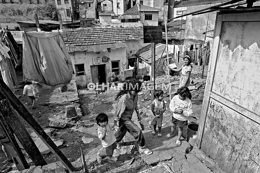 Moradores de cortiço na Bela Vista. São Paulo. 1991. Foto de Juca Martins.