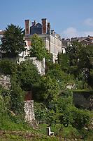 Europe/France/Aquitaine/24/Dordogne/Nontron: Les Jardins des arts. et le Château de Nontron qui abrite le Pôle Expérimental Métiers d'Art
