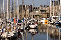 Europe/France/Bretagne/35/lle et Vilaine/Saint-Malo: la cité Intramuros,ses remparts,et le port de plaisance du Bassin Vauban