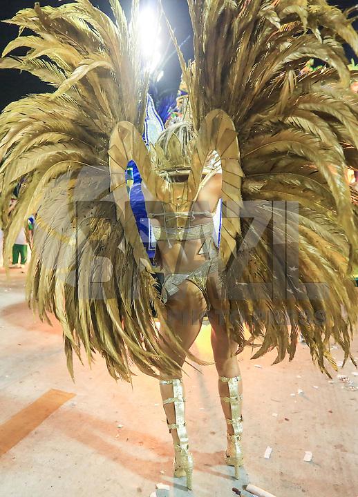 RIO DE JANEIRO,RJ, 08.02.2016 - CARNAVAL-RJ - Integrantes da escola de samba Grande Rio durante primeiro dia de desfiles do grupo especial do Carnaval do Rio de Janeiro no Sambódromo Marquês de Sapucaí na região central da capital fluminense na  madrugada desta segunda-feira, 08. (Foto:William Volcov/Brazil Photo Press)