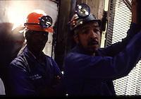 SUDAFRICA - Kimberley, miniera di diamanti di Bultfontein ( Miniere De Beers): minatori nell'ascensore per scendere nella miniera.