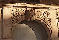 France/17/Charente Maritime/La Rochelle: Détail façade maison sur le vieux port - Linteau sculpté